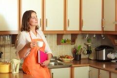 Cuoco femminile che si rilassa nella cucina Immagini Stock Libere da Diritti