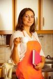 Cuoco femminile che si rilassa nella cucina Immagini Stock