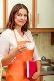 Cuoco femminile che si rilassa nella cucina Fotografie Stock Libere da Diritti