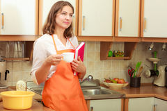 Cuoco femminile che si rilassa nella cucina Fotografia Stock Libera da Diritti