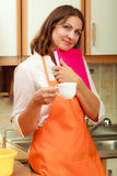 Cuoco femminile che si rilassa nella cucina Fotografia Stock
