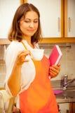Cuoco femminile che si rilassa nella cucina Fotografie Stock