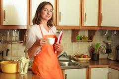 Cuoco femminile che si rilassa nella cucina Immagine Stock