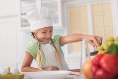 Cuoco grazioso del bambino che mangia alimento sano Fotografia Stock