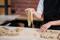 Cuoco irriconoscibile che produce pasta Fotografia Stock Libera da Diritti