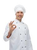 Cuoco maschio felice del cuoco unico che mostra segno giusto Fotografia Stock