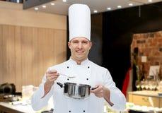 Cuoco maschio felice del cuoco unico con il vaso ed il cucchiaio Fotografie Stock Libere da Diritti
