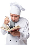 Cuoco pazzo con una pentola e un libro delle ricette su un bianco Fotografia Stock Libera da Diritti