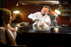 Cuoco pazzo del cuoco unico che taglia coniglio vivo Fotografia Stock