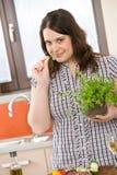 Cuoco - più la donna di formato con l'erba e la verdura immagini stock
