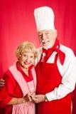 Cuoco Together degli anziani fotografie stock libere da diritti