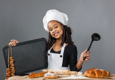 Cuoco unico allegro della ragazza che tiene il bordo del menu Immagini Stock