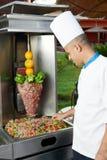 Cuoco unico arabo che fa kebab Fotografie Stock Libere da Diritti
