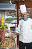 Cuoco unico arabo che fa kebab Immagine Stock