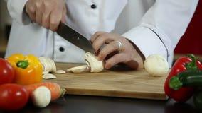 Cuoco unico che affetta i funghi stock footage