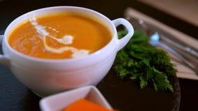 Cuoco unico che aggiunge contorno crema alla minestra della zucca archivi video