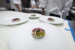 Cuoco unico che cucina alimento con il caviale ed il gamberetto per il partito di cena Immagine Stock Libera da Diritti
