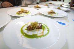 Cuoco unico che cucina alimento per il partito di cena nella cucina del ristorante Immagine Stock