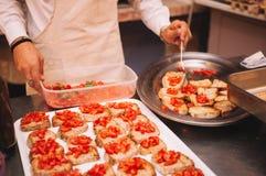 Cuoco unico che cucina bruschette Fotografia Stock