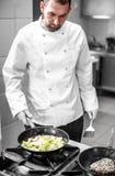 Cuoco unico che cucina contorno Immagini Stock