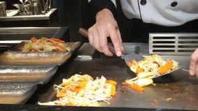 Cuoco unico che cucina la bistecca di verdure di teppanyaki sulla piastra riscaldante Fotografie Stock Libere da Diritti