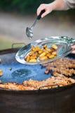 Cuoco unico che cucina per un gruppo Immagine Stock