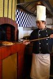 Cuoco unico che cucina pizza Fotografia Stock