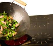 Cuoco unico che cucina wok Fotografia Stock Libera da Diritti