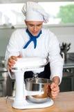 Cuoco unico che fa funzionare il frullino per le uova elettrico Fotografie Stock Libere da Diritti