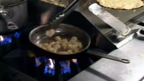 Cuoco unico che fa quesadillo del gamberetto al ristorante archivi video