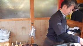 Cuoco unico che frigge ostrica, Miyajima, Giappone archivi video