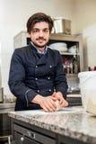 Cuoco unico che lancia pasta mentre producendo le pasticcerie Fotografia Stock