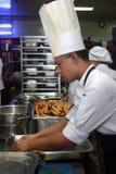 Cuoco unico che lavora nella cucina Fotografia Stock Libera da Diritti