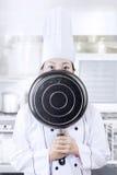 Cuoco unico che nasconde il suo fronte con una pentola Fotografie Stock Libere da Diritti