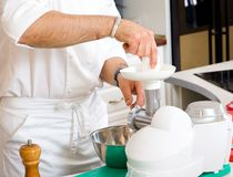 Cuoco unico che prepara alimento Immagine Stock