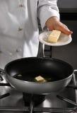 Cuoco unico che prepara alimento Fotografia Stock Libera da Diritti