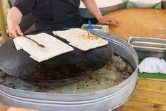 Cuoco unico che prepara flatbread saporito su un wok Immagini Stock Libere da Diritti