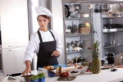 Cuoco unico che prepara il posto dell'en del mise fotografia stock libera da diritti