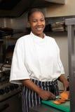 Cuoco unico che prepara le verdure nella cucina del ristorante Fotografie Stock Libere da Diritti