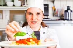 Cuoco unico che prepara pasta Fotografie Stock Libere da Diritti