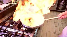Cuoco unico che prepara pasta con l'aragosta in un kitchebn del ristorante video d archivio