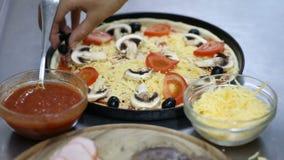 Cuoco unico che prepara pizza mettere le olive stock footage