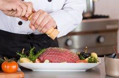 Cuoco unico che prepara un piatto immagine stock libera da diritti