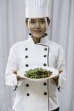 Cuoco unico che presenta insalata Fotografia Stock Libera da Diritti
