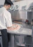 Cuoco unico che produce pizza Fotografia Stock Libera da Diritti