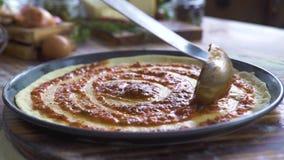 Cuoco unico che produce pizza italiana con la pasta del pomodoro in pizzeria Creatore della pizza che cucina sulla ricetta italia stock footage
