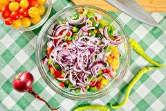 Cuoco unico che produce un'insalata con le cipolle Fotografia Stock