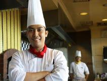 Cuoco unico che propone sul lavoro Immagini Stock Libere da Diritti