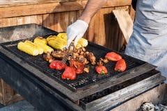 Cuoco unico che rende le verdure arrostite all'aperto sull'evento internazionale di festival dell'alimento della via della cucina immagini stock libere da diritti