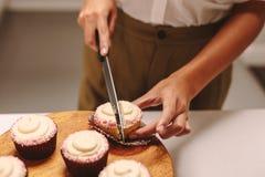 Cuoco unico che taglia un bigné fotografie stock libere da diritti